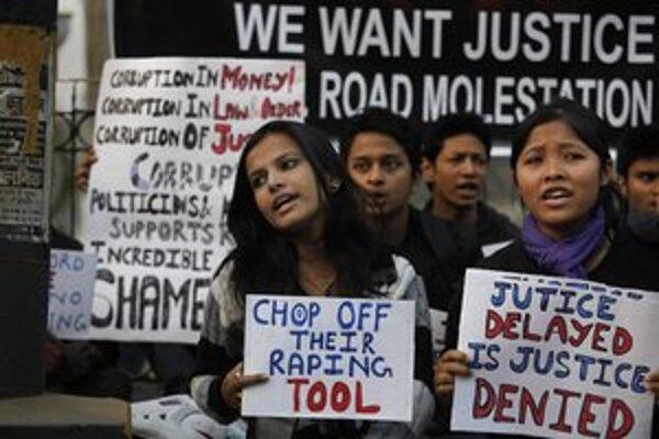 Prípad znásilnenej ženy dostal tisíce ľudí do ulíc. Žiadajú trest smrti pre páchateľov.