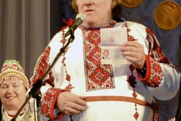 Depardieu sa z Ruska do vlasti neponáhľal. V Saransku sa chválil s novým pasom.