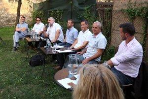 Diskusia kandidátov na župana pod jabloňou.