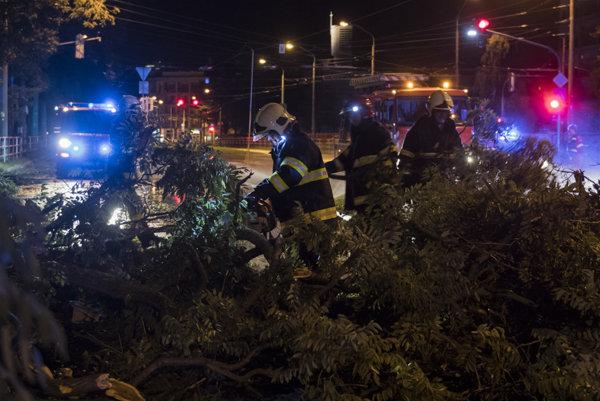 Hasiči odstraňujú zlomený strom na Záhradníckej ulici v Bratislave.