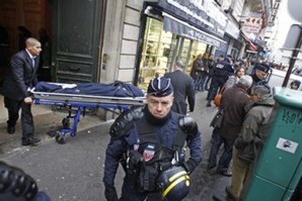 Polícia pred kurdským centrom v Paríži.