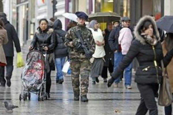 Na parížskej ulici Champs-Elysee.