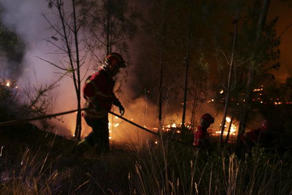 Portugalskí hasiči bojujú s lesným požiarom.