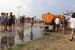 V horúcom počasí je auto s cisternou vody záchrana.