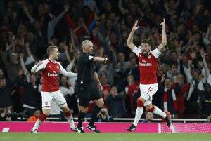 Olivier Giroud (vpravo) sa raduje zo svojho gólu na konečných 4:3 pre Arsenal.