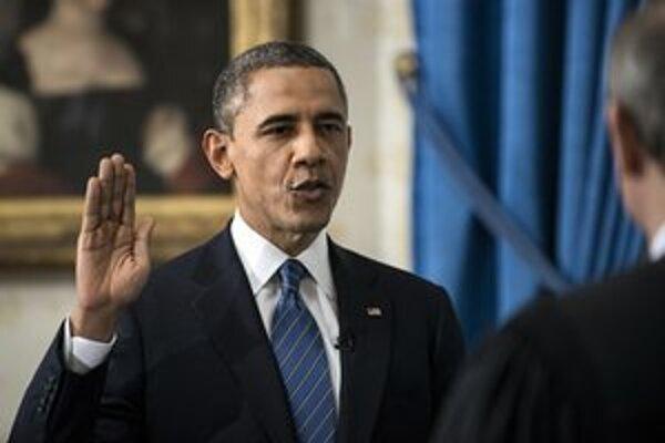 Obama skladá prísahu.