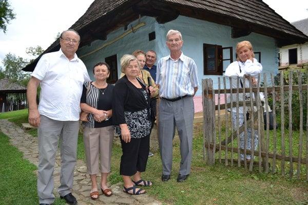 Klenovčania v skanzene. Božena Volochová (vpravo) a Juraj Petrovaj (vedľa) spomínali na obyvateľov domčeka.