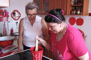 Miška s maminou v útulnej kuchynke.
