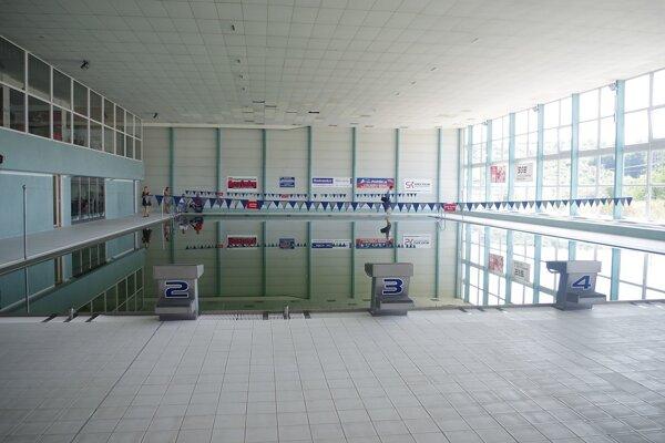 okolie bazéna budú musieť rozkopávať, aby zistili čo spôsobuje zatekanie.
