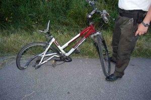 Milanov bicykel. Škodovka mu narazila do zadného kolesa.