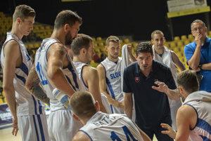 Tréner Slovenska Ivan Rudež dáva hráčom pokyny.