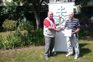 Michal Staňo (vľavo), predseda Olympijského klubu Žilina, odovzdáva ocenenie Dušanovi Ondrušovi.