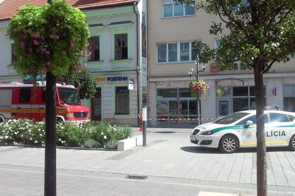 Policajti prehľadávali aj pobočku na Hlavnej ulici v Trnave.
