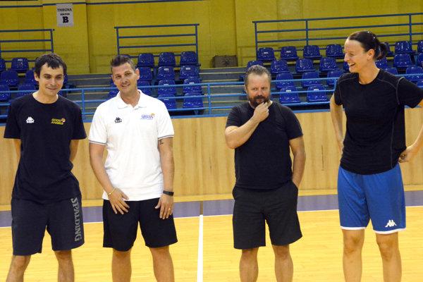 Aj vnasledujúcej sezóne bude mať dve funkcie. R. Dvorščák (vľavo) bude asistentom P. Jankoviča (v strede) azároveň trénerom junioriek.