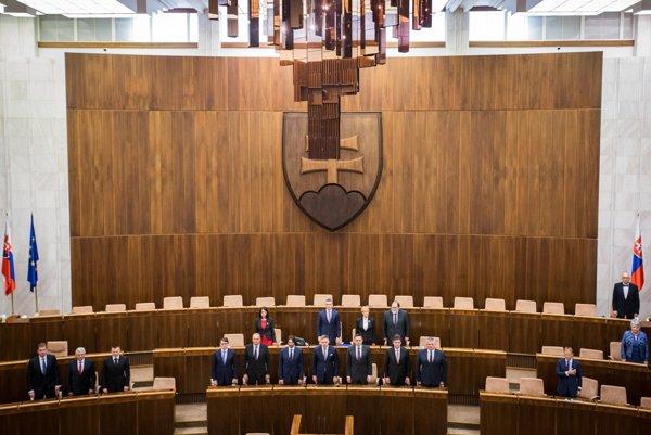 Rokovaciu sálu parlamentu už nezdobí dekoratívny ceremoniálny luster.