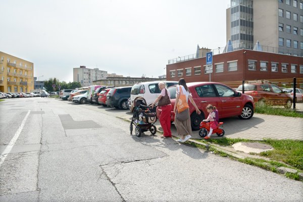 Chýbajúci chodník. Na Dunajskej musia aj matky s deťmi chodiť po ceste.