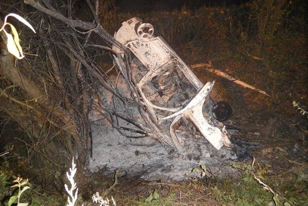 Havarovaný volkswagen. Po nehode zhorel do tla.