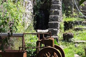 Cez dvor tečie potok a za domom je päťmetrový vodopád.