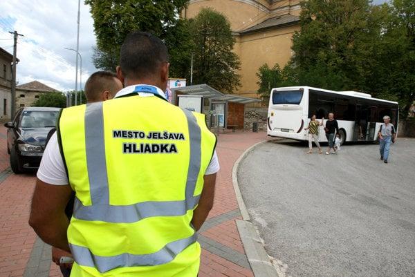 Rómske občianske hliadky na autobusovej zastávke v Jelšave.