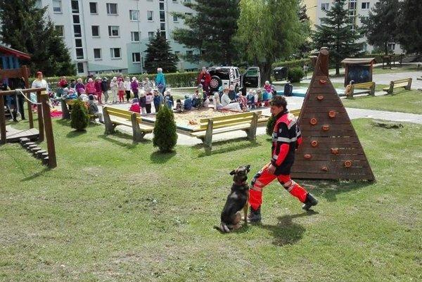 Škôlkárom predviedli aj prácu záchranárskeho psa.