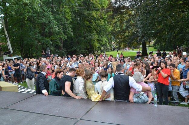 Predstavenie prilákalo do betliarskeho parku množstvo divákov.
