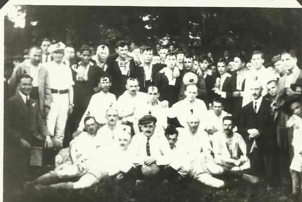 """Na fotografii zobdobia 20-tych rokov sú hráči """"A"""" a""""B"""" mužstiev RSC. Okrem samotných hráčov tu poznávame aj niekoľko osobností mesta, ktoré sa výrazne zaslúžili orozvoj športu vmeste."""