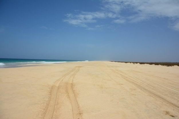 Typická široká piesočná pláž ostrova Boa Vista.