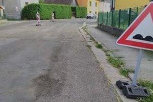 Cesty v Iľanove sú zničené, ľudia čakajú na ich opravu.