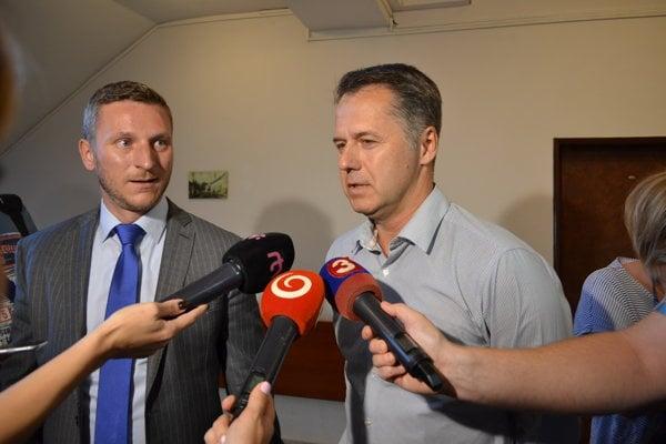 Matej Sedláček (vľavo) a Ján Kučeravý. Zástupcovia Nexisu po vypočutí predstúpili pred novinárov.