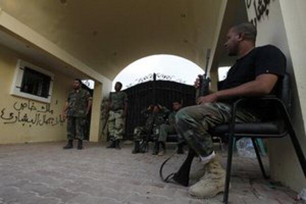 Líbyjské jednotky pred vchodom do budovy konzulátu.