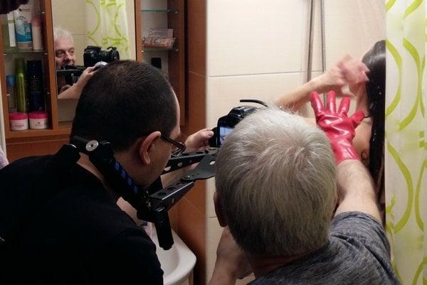 Pri natáčaní scény v kúpeľni.