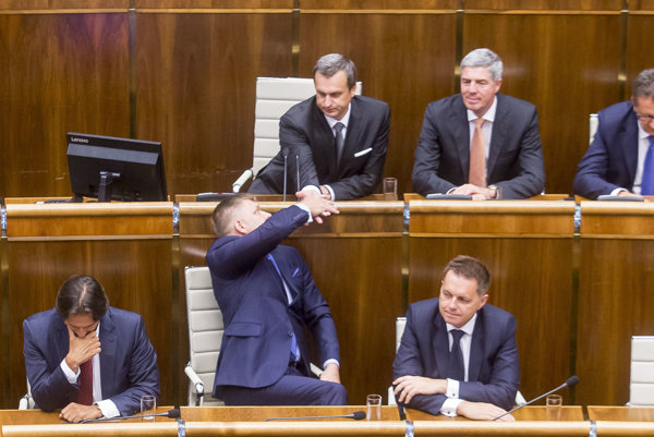Róbert Fico si s Andrejom Dankom podávajú ruku počas slávnostnej schôdze Národnej rady.