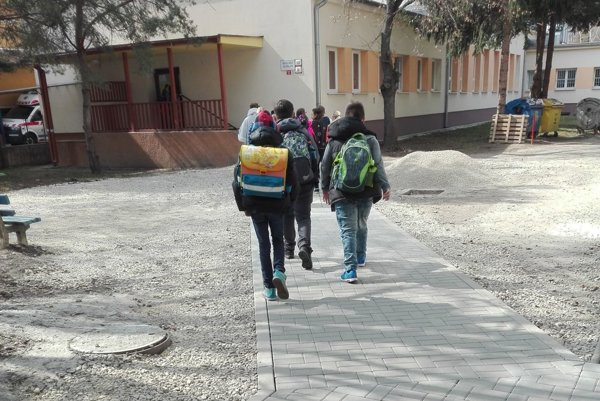Školáci zo ZŠ Ul. P. Mudroňa už kráčajú do jedálne po novom chodníku.