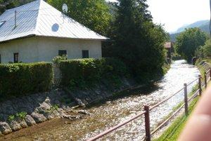 Čarovnú atmosféru v dedine dokresľuje aj potok tečúci povedľa obydlí.