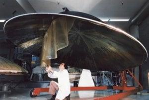 Inžinier pracuje na konštrukcii obrovskej antény v tvare misy. Záber vznikol 9. júla 1976.