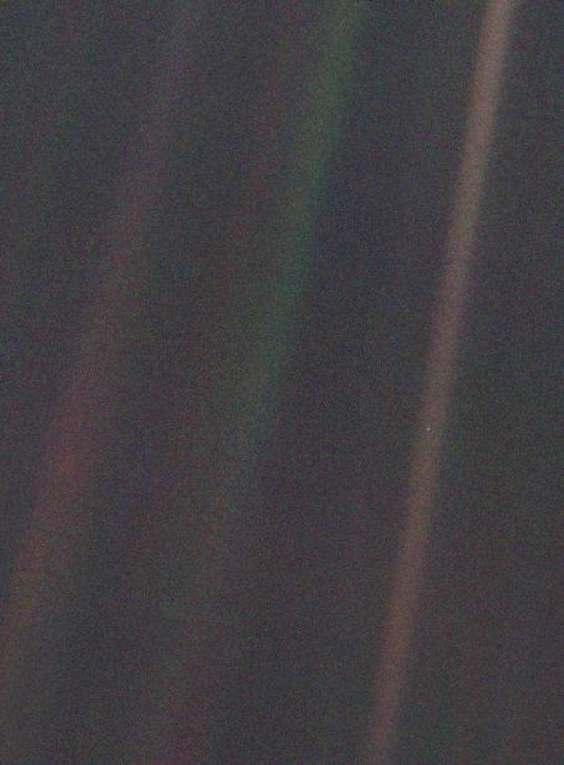 Bledomodrá bodka. Slávnu fotografiu spravila sonda Voyager 1 a vznikla na Valentína, 14. februára 1990 v rekordnej vzdialenosti vyše 6 miliárd kilometrov od Zeme. Naša planéta nemá na zábere veľkosť ani jedného pixelu. Nachádza sa napravo, približne pod polovicou hnedého pásu.