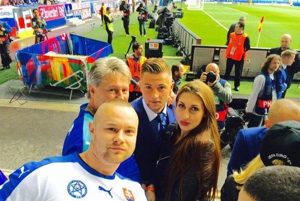 Milanovi najbližší futbalom žijú. Vpredu brat Radoslav, vzadu vľavo otec Ľubomír aMilan spriateľkou.