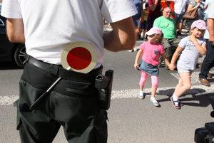Príslušníci mestskej polície sa stretávajú s veľkými problémami na prechodoch pri školách a škôlkach. (ilustračná snímka)
