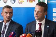 Richard Lintner (vpravo) na tlačovej konferencii po boku riaditeľa spoločnosti Tipsport Slovensko Martina Tabáka.