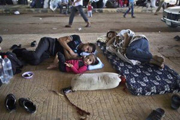 Sýrski utečenci čakajú na hraničnom priechode v blízkosti mesta Azaz. Väčšina Sýrčanov uteká pred konfliktom do Turecka.