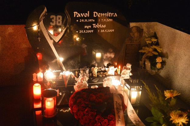 Sviečky horia na hrobe hokejistu Pavla Demitru na cintoríne, 7. septembra 2013 v Trenčíne.