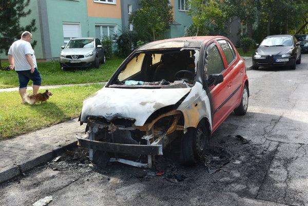 Zhorená Toyota Yaris.