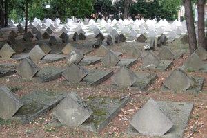 Rozdiel medzi pôvodnými hrobmi a tými, čo dalo mesto natrieť nabielo, je obrovský.