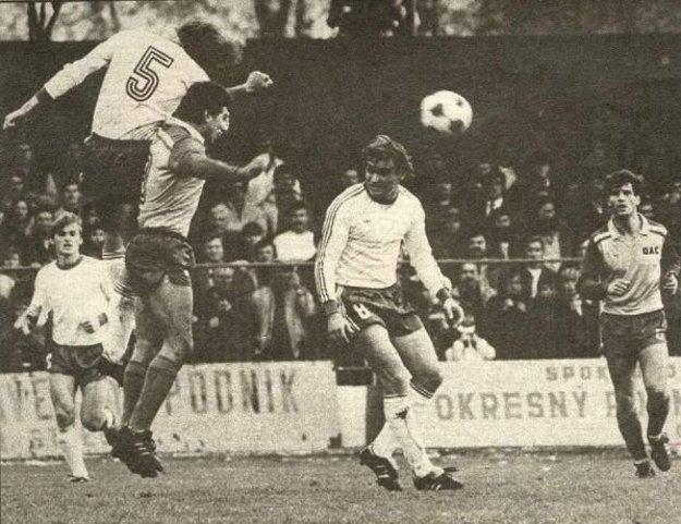 Zo zápasu v Dunajskej Strede. Harbuľák je v strede v bielom drese, celkom vľavo Moravčík.
