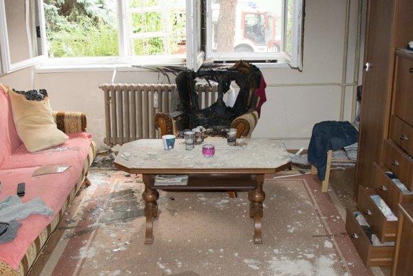 Iheň pohltil kreslo pod oknom.