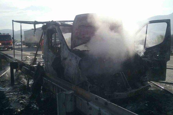 Oheň dodávku úplne zničil.