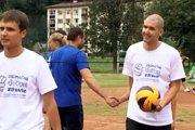 Matej Tóth ( s loptou) v čase, keď turnaj nielen organizoval, ale aj na ňom hral. Z nazbieranej sumy by mal určite veľkú radosť.