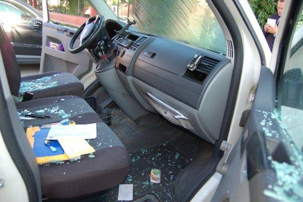 Takto vyzeral interiér auta po jeho vyčíňaní.