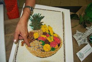 Sypaný obraz Zátišie s ovocím vytvorila Anna Verešová.