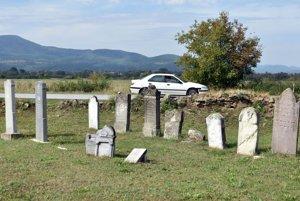 Starý židovský cintorín pred vjazdom do obce Čerhov.